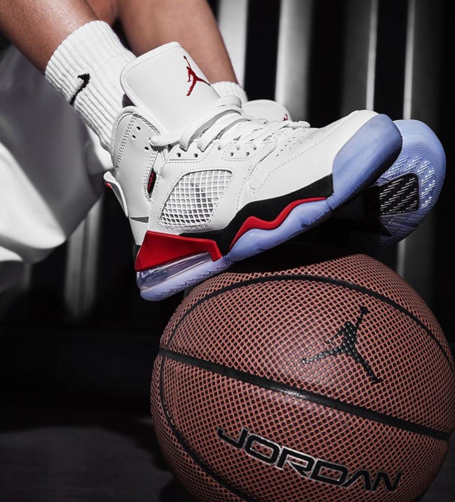 Air-Jordan-Mars-270-blanche-rouge-et-noire-3